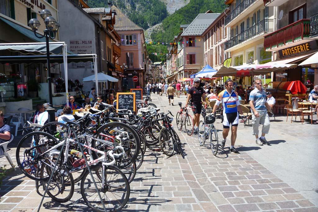 le bourg d 39 oisans fietshoofdstad van frankrijk fietsen in de alpen. Black Bedroom Furniture Sets. Home Design Ideas